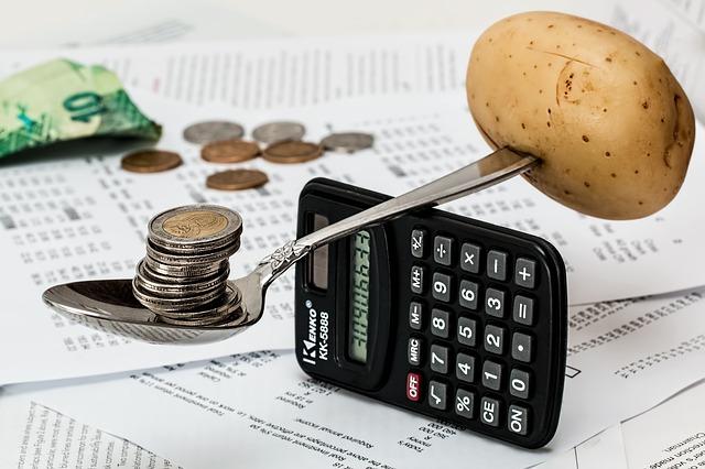 brambora, lžíce, peníze