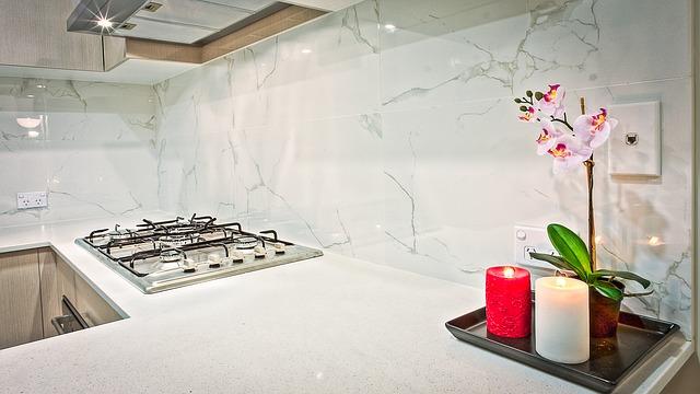 kuchyň, svíčky, orchidej