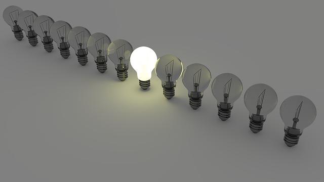řada žárovek, jedna svítící žárovka