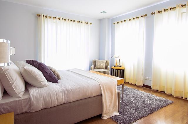 huňatý koberec v ložnici