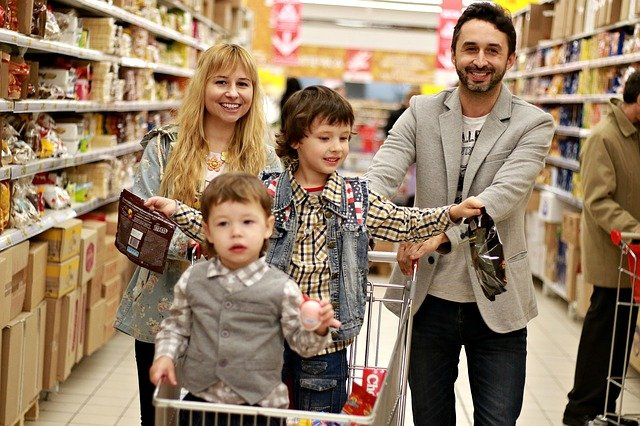 rodiče a děti na nákupu.jpg
