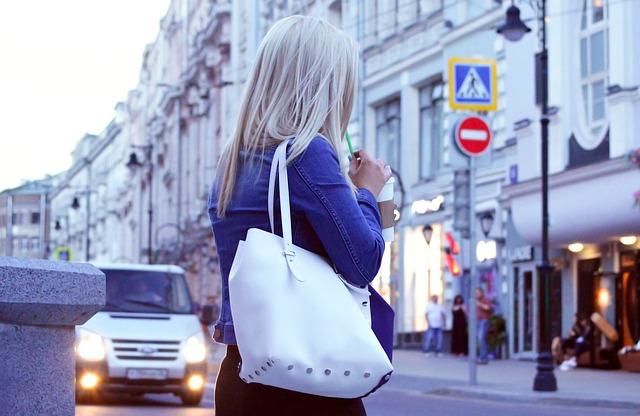 blondýna na ulici