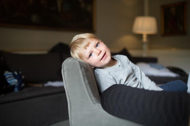 chlapec na látkové pohovce.jpg